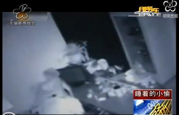 Un chinois vole avec un tabouret sur la tête
