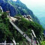Passage dangereux avec une passerelle au mont Song