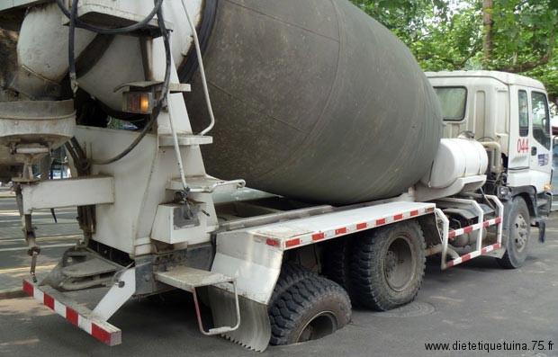 Bouchee à égout cassée par un camion