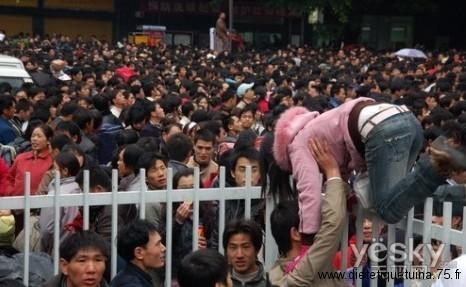 Beaucoup de monde devant les gares de Chine