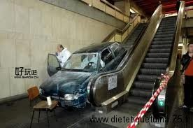Voiture dans un supermarché dans un escalier mécanique