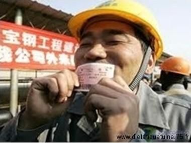 On est content d'avoir un billet de train en Chine
