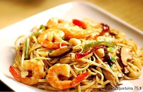 Plat de nouilles chinoises avec des crevettes