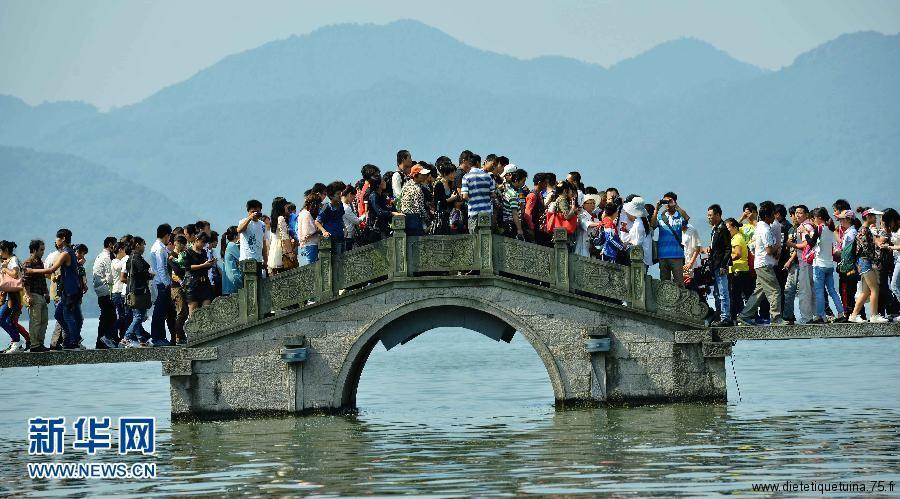 Pont noir de monde lors de la fete nationale chinoise