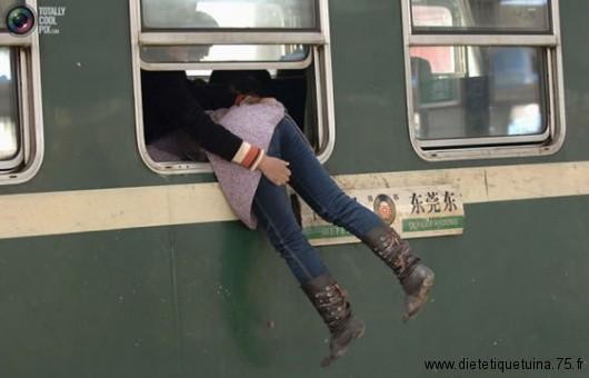 Monter dans un train par la fenêtre