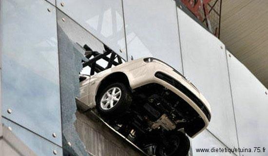 Accident de voiture dans un parking à étage